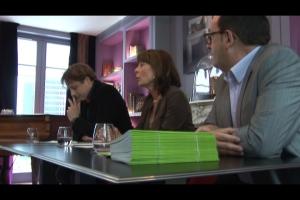 Muriel Beyer, directrice littéraire de Plon, présente le livre de Margaux Guyon à un panel d'acheteurs.